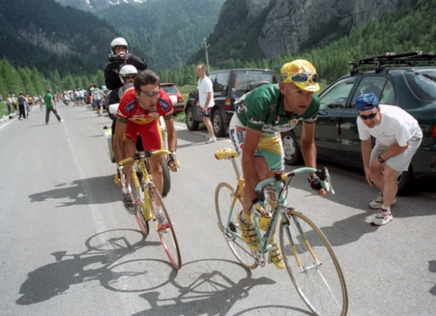 Pantani always moved Sur La Plaque. Photo via BikeRaceInfo.com
